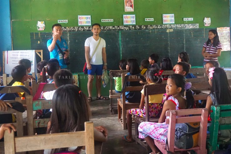 Sir Angel discusses the project to the kids. (photo by Ems Sicangco)